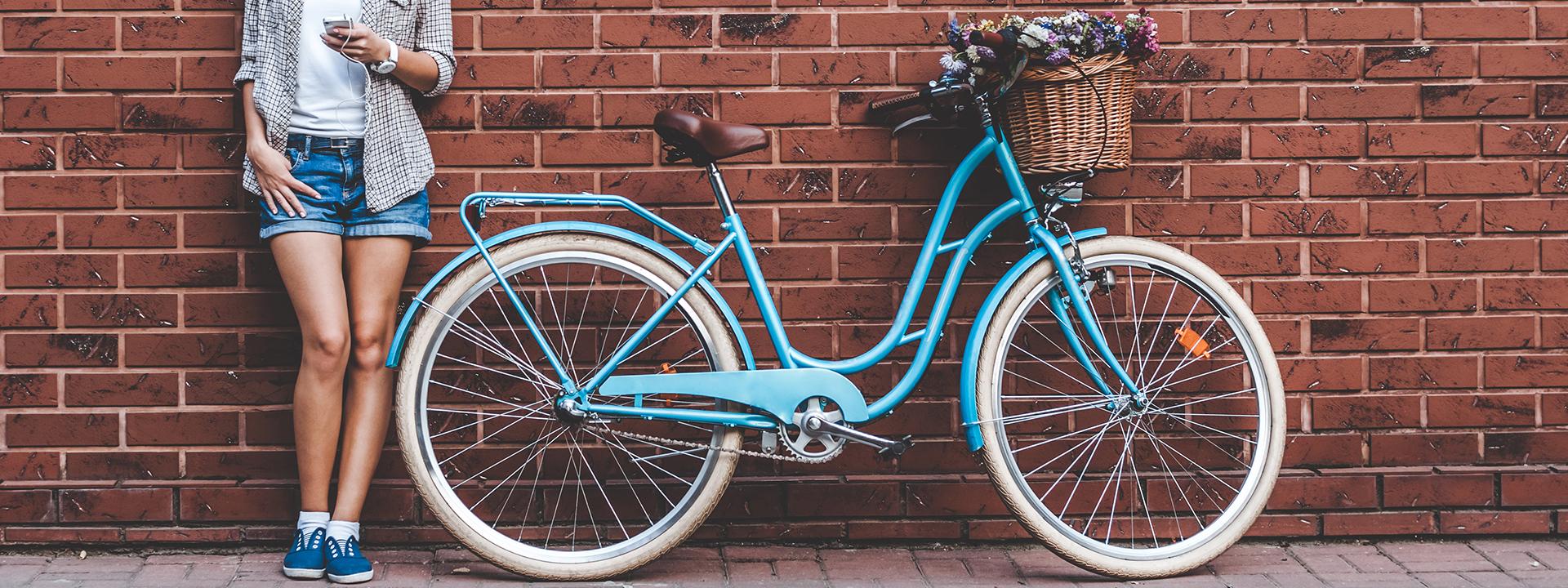 Фото корзины для велосипеда у стены