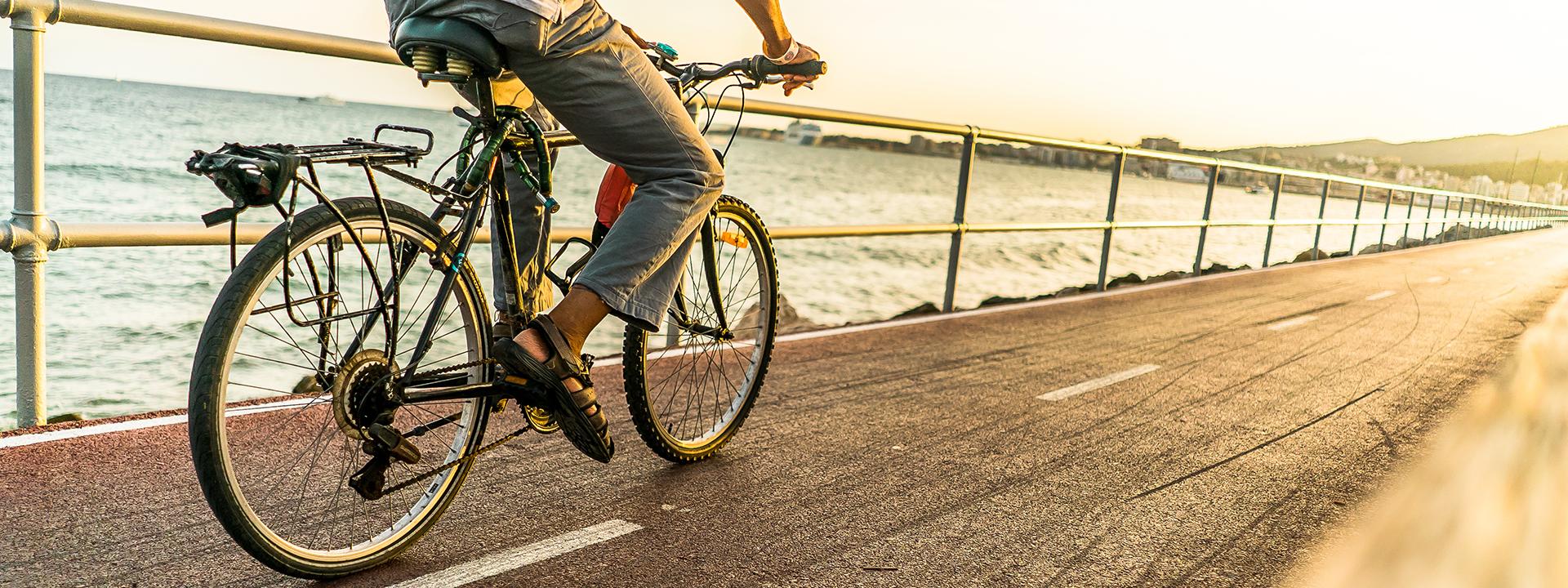 Фото гибридного велосипеда на набережной