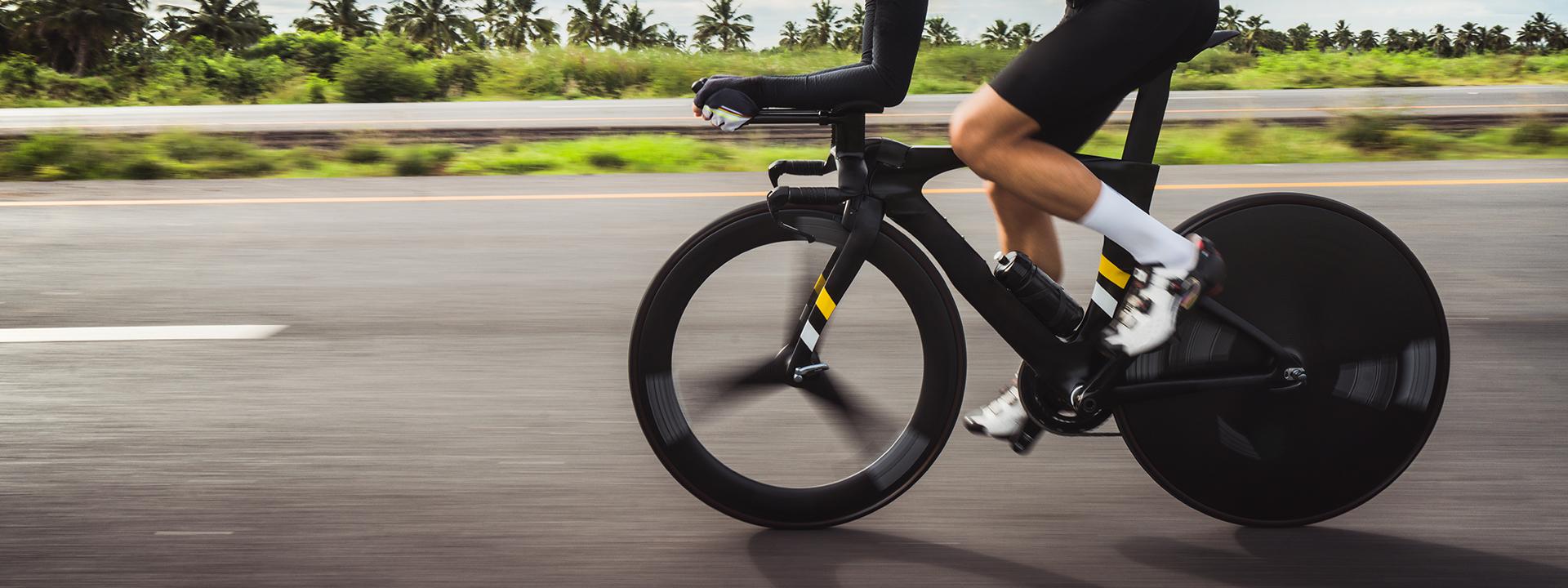 Фото шоссейного велосипеда на трассе