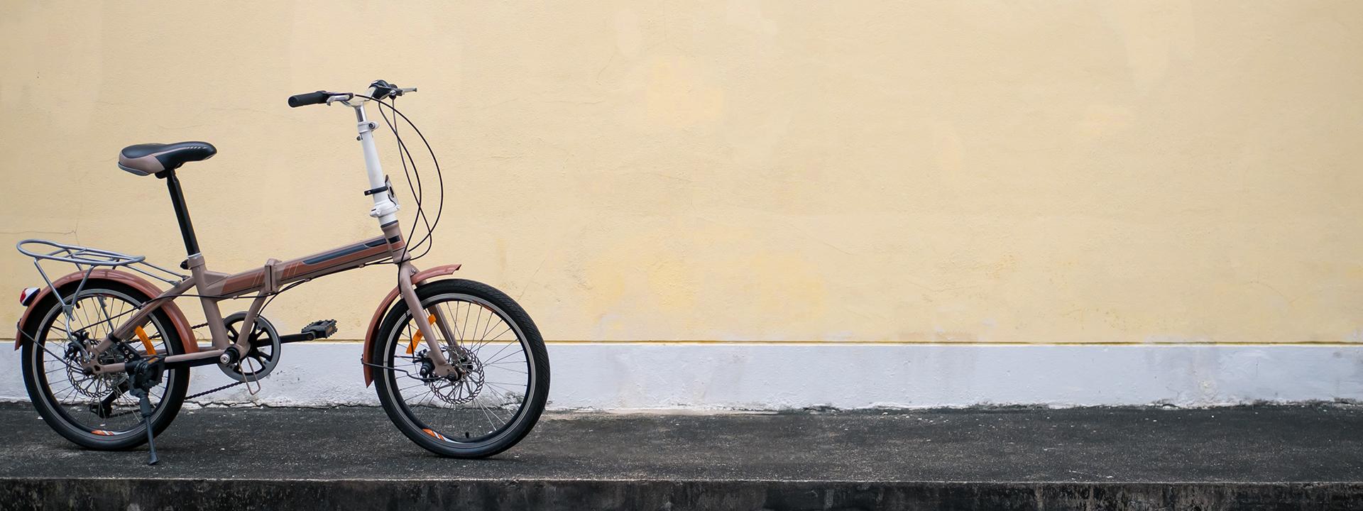 Фото складного велосипеда у стены