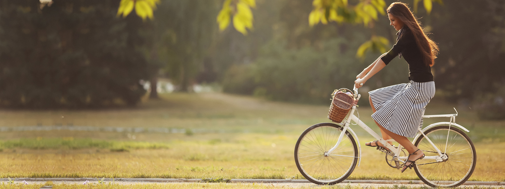 Фото женского велосипеда с девушкой